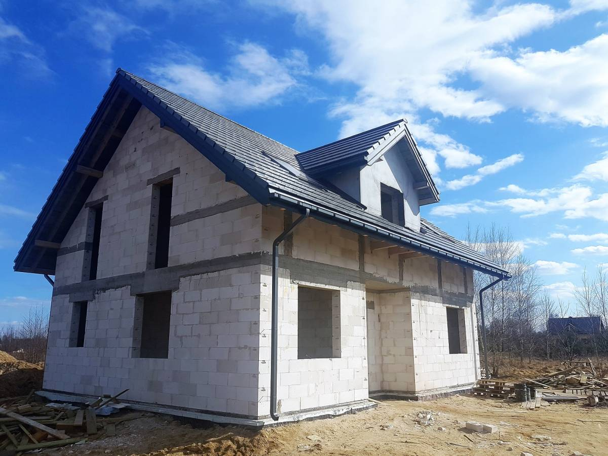 Dom świeżo po położeniu dachu