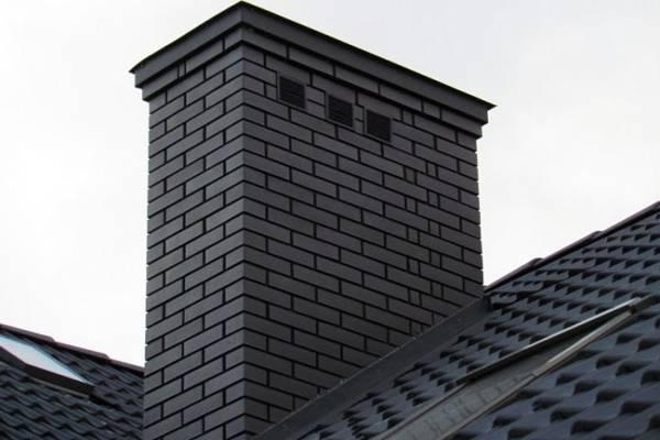 Komin ceglany na dachu w Białymstoku
