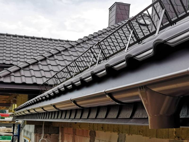Montaż rynien na dachu