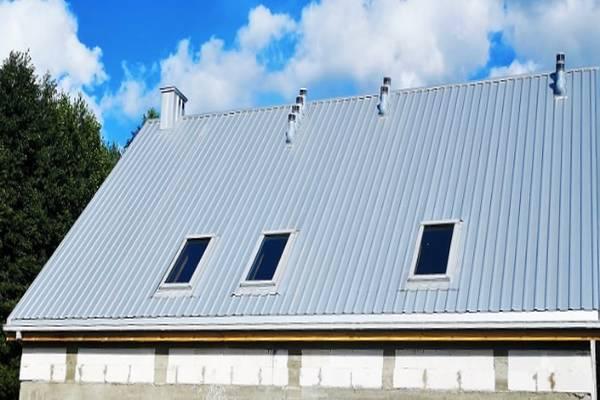 Jasny dach na budynku gospodarczym